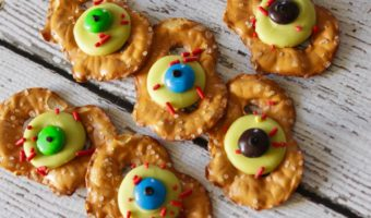 Easy Halloween Treats: Zombie Eye Pretzels