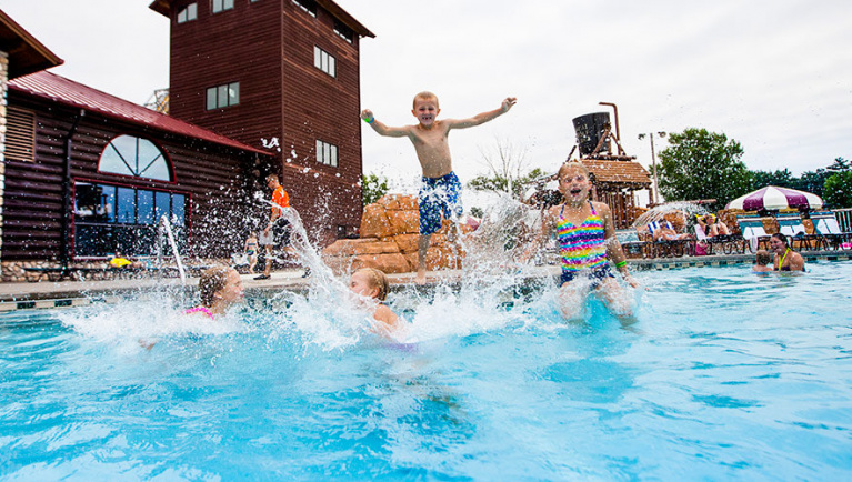 Kids playing at the Great Wolf Lodge Travers City outdoor pool