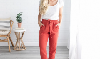 girl wearing rust linen pants